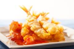 Crevettes roses de style japonais avec de la sauce à piments Image libre de droits