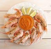 Crevettes roses de tigre avec le pesto et les tranches de chaux Image stock