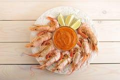 Crevettes roses de tigre avec le pesto et les tranches de chaux Images stock