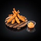 Crevettes roses de tigre dans la pâte lisse, sauce épicée Photographie stock