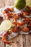 Crevettes roses de tigre enveloppées en lard sur des brochettes avec des clo de thym et de chaux Image stock