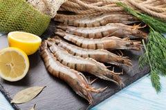 Crevettes roses de tigre et équipement de pêche crus frais Photographie stock
