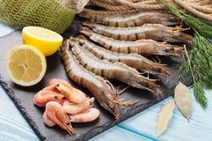 Crevettes roses de tigre et équipement de pêche crus frais Images libres de droits