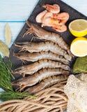 Crevettes roses de tigre et équipement de pêche crus frais Photos libres de droits
