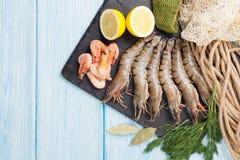 Crevettes roses de tigre et équipement de pêche crus frais Images stock