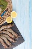 Crevettes roses de tigre et équipement de pêche crus frais Image libre de droits