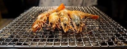 Crevettes roses de tigre faisant cuire sur le gril Photos stock