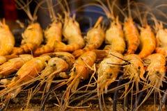 Crevettes roses de tigre grillées par fruits de mer de barbecue images libres de droits