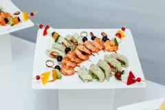 Crevettes roses de tigre sur une brochette avec des olives Photos stock