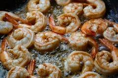 Crevettes roses de tigre sur une casserole Photos libres de droits