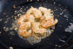 Crevettes roses et ail cuits dans le skillet Photographie stock