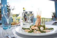 Crevettes roses et asperge photographie stock