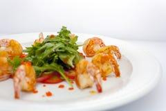 Crevettes roses et laitue frites de roi sur le blanc photographie stock libre de droits