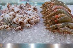 Crevettes, crevettes roses et poulpe frais de fruits de mer sur de contre- échanges d'un restaurant asiatique Photos libres de droits
