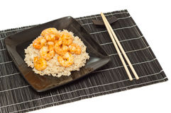 Crevettes roses et riz frit sur un couvre-tapis Image stock