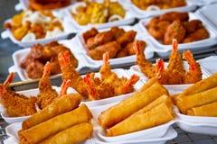 Crevettes roses et roulis de source cuits ? la friteuse Photos libres de droits
