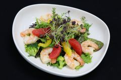 Crevettes roses et salade d'agrumes photo stock