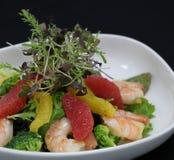 Crevettes roses et salade d'agrumes dans une cuvette servante image libre de droits