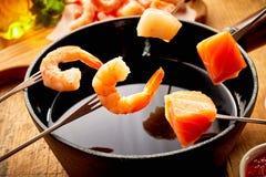 Crevettes roses et saumons frais pour une fondue de fruits de mer Photo stock