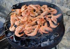 Crevettes roses faisant cuire sur un BBQ Images stock
