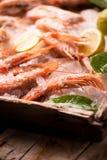 Crevettes roses fraîches de tigre sur la glace Image libre de droits