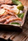 Crevettes roses fraîches de tigre sur la glace Photographie stock