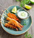 Crevettes roses frites avec de la sauce du yaourt Images stock