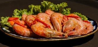 Crevettes roses frites avec le rosmarin et le jus de citron frais Photos libres de droits
