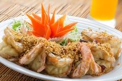 Crevettes roses frites de roi avec l'ail et les herbes Photographie stock libre de droits