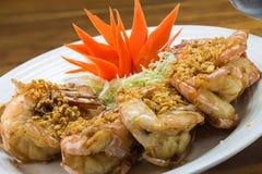 Crevettes roses frites de roi avec l'ail et les herbes Photos stock