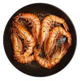 Crevettes roses géantes étant faites frire sur le carter Image stock