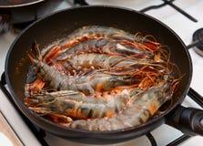 Crevettes roses géantes étant faites frire sur le carter Photographie stock