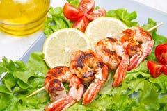 crevettes roses grillées avec de la salade et des tomates-cerises Photos libres de droits