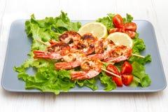 crevettes roses grillées avec de la salade et des tomates-cerises Photo stock
