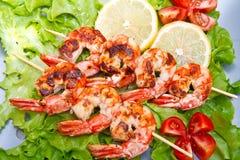 crevettes roses grillées avec de la salade et des tomates-cerises Image stock