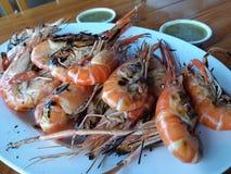 Crevettes roses grillées avec la nourriture thaïlandaise populaire de sauce épicée photo libre de droits