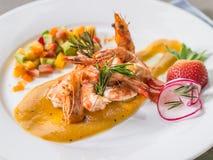 Crevettes roses grillées avec la salade de fruits de Salsa Images libres de droits
