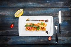 Crevettes roses grillées de tigre dans le lustre épicé de sauce images libres de droits