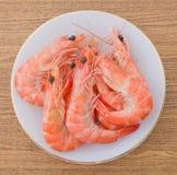 Crevettes roses ou Tiger Shrimps cuites dans le plat blanc Images libres de droits