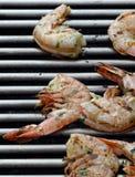 Crevettes roses sur le barbecue Photos libres de droits