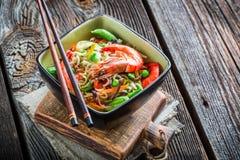 Crevettes servies avec des légumes et des nouilles image libre de droits