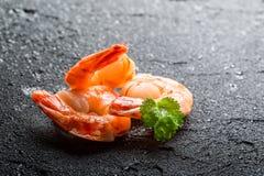 Crevettes servies sur une roche humide photo stock