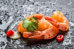 Crevettes servies sur une roche humide image stock