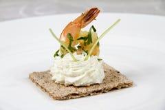 Crevettes sur le biscuit avec de la crème de fromage Photographie stock