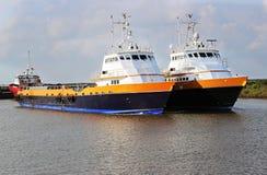 Crewboat a pouca distância do mar imagem de stock