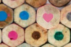 Creyón rosado del lápiz del corazón Fotos de archivo libres de regalías