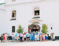 Creyentes fuera de la catedral del Espíritu Santo en Minsk Fotografía de archivo libre de regalías