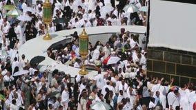 Creyentes musulmanes en el hicr Ismail al lado de Kaaba en Mecca Editorial metrajes