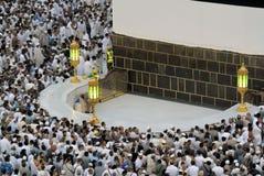 Creyentes musulmanes en el hicr Ismail al lado de Kaaba en La Meca fotografía de archivo libre de regalías