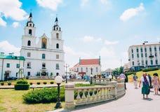 Creyentes que salen de la catedral del Espíritu Santo en Minsk, Bielorrusia Foto de archivo